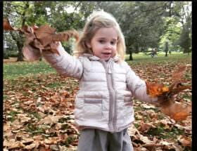 Lilla söta prinsessan Leonore bland höstlöven