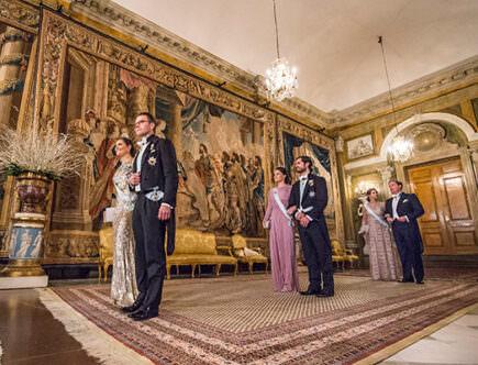 Kungligheterna anländer till middagen för Nobelpristagarna.