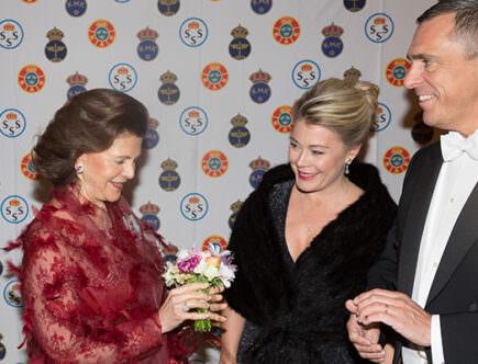 Drottningen tar emot en blombukett av Cecilia och Staffan Salén.