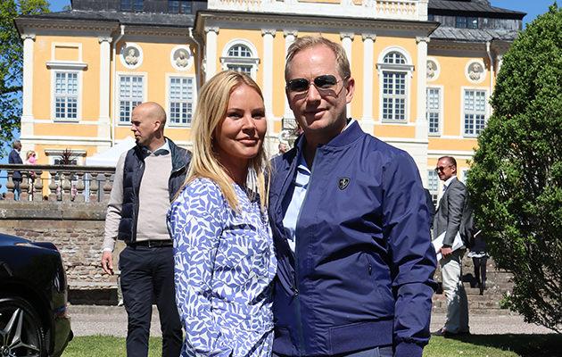 Magdalena Graaf med sin Filip Larsson som bland annat säljer Ferrari-bilar.