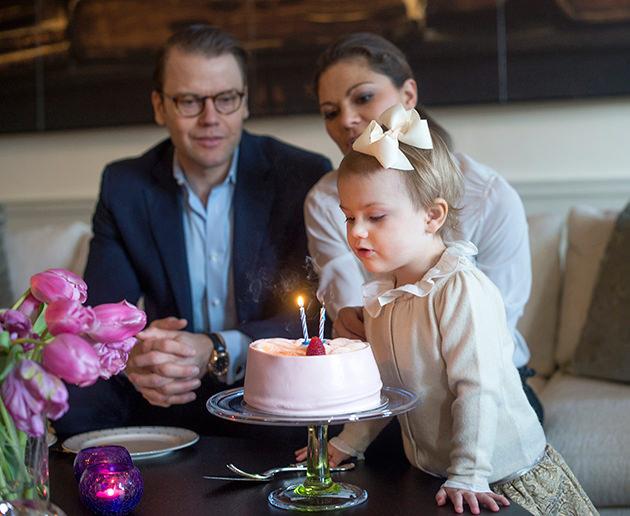 Prinsessan Estelle, kronprinsessan Victoria och prins Daniel Haga slott