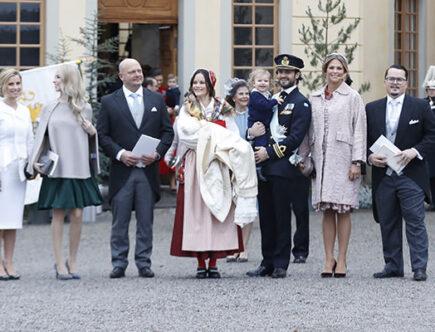 Prins Gabriel med mamma, pappa, storebror och sina faddrar.