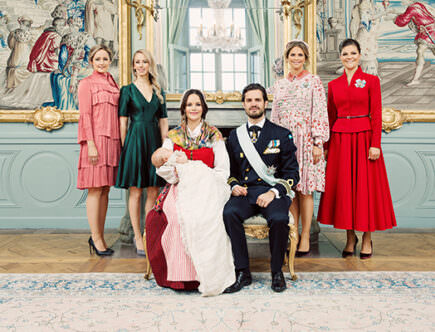 Prinsfamiljen med prinsessan Sofias systrar Lina Frejd och Sara Hellqvist och prins Carl Philips systrar prinsessan Madeleine och kronprinsessan Victoria.