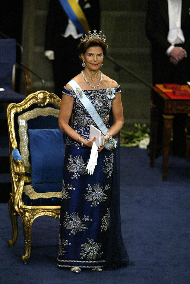 Drottning Silvia, Nobel 2002, i blå thaisidenklänning i design av Jörgen Bender.