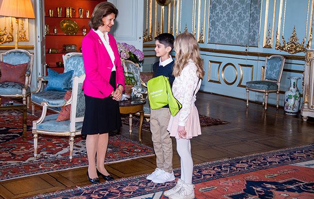 Drottning Silvia köper årets majblomma