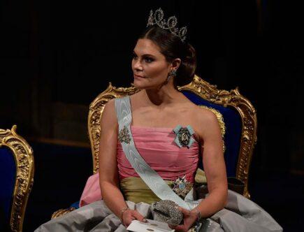Kronprinsessan Victoria i drottning Silvias vackra sidentaftklänning från Nina Ricci, som drottningen bar under på Nobeldagen 1995.