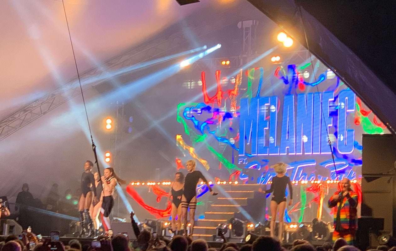 Det blev allsång när Mel C och draggruppen Sink The Pink framförde Spice Girls största hits.